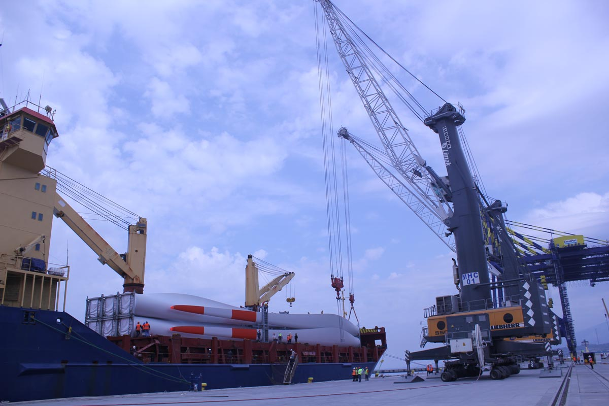 2 x MHC (Liebherr 550): Each with 120 ton capacity